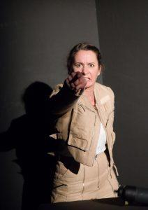 """© Diana Küster Sabine Osthoff in der Inszenierung """"Am Boden"""" von George Brant; Regie: Felicia Daniel"""